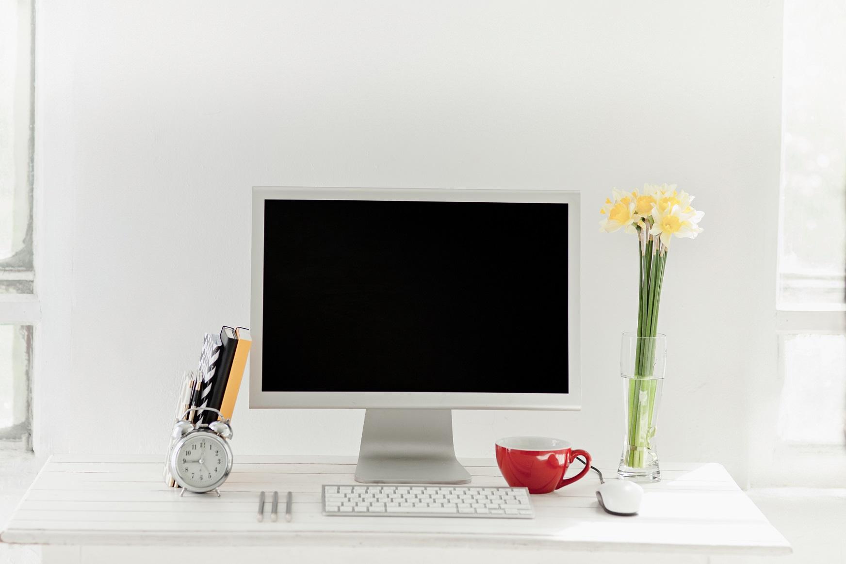 Co trzymać na biurku? Organizacja miejsca pracy